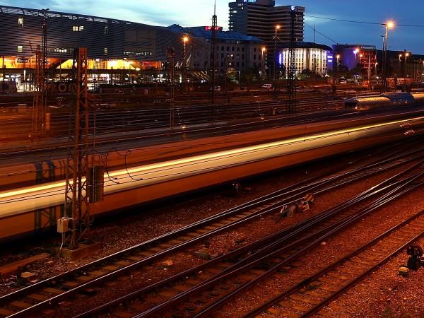 Мъж, който е германски гражданин, е нападнал с нож полицай