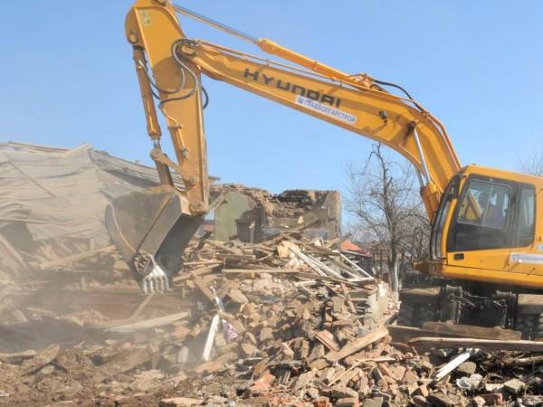 Местната администрация започна акция по събаряне на незаконни постройки в