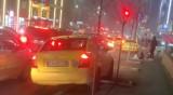 Наглост в кадър: Такси гази новопосадени дръвчета заради задръстване