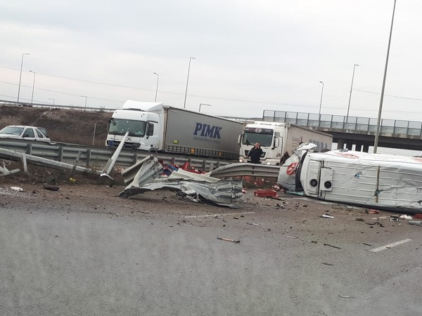 Снимка: Камион се е обърнал на Северната скоростна тангента