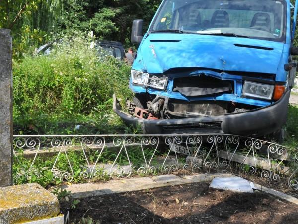 Пиян шофьор блъсна мъж край гробищата в село Тополи. Пострадалият