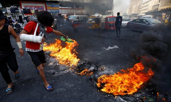 Мъж застреля 6 души в Багдад, протестиращи го линчуваха