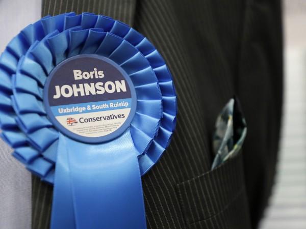 Консервативната партия на британския премиер Борис Джонсън печели мнозинство от