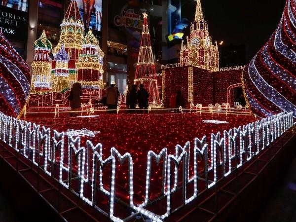 Главната новогодишна елха на Русия беше отсечена в петък в
