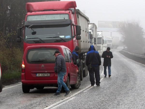 Тежка катастрофа между лек автомобил и ТИР е станала в