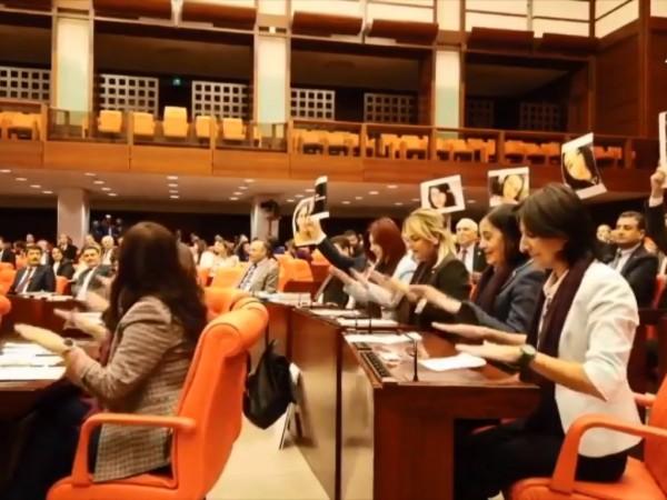 Турски жени депутати от основната опозиционна Републиканска народна партия с
