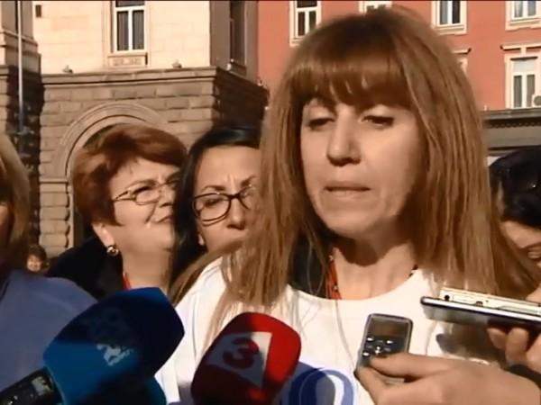 Петият национален протест на медиците в София продължава. Недоволството на