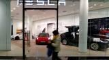 Компаниите губят от ел. автомобилите. Защо продължават?