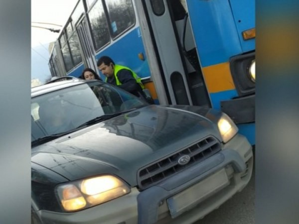 Бой между шофьор на тролей и водач на лека кола