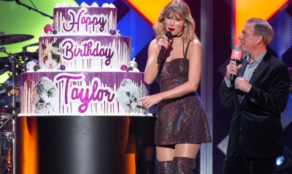 Тейлър Суифт с уникална торта с котки за юбилея