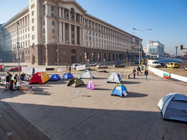 Тази нощ протестиращите медицински сестри останаха на палатков лагер под