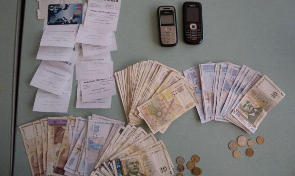 Задържаха лихвар в Сливен с дебитни карти, злато и пари