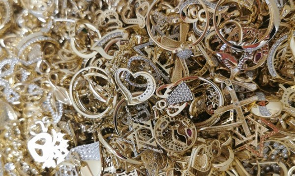 Митничари откриха над 10 кг златни накити в хладилни чанти