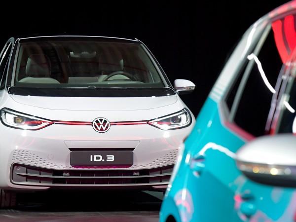 Автомобилната компания Фолксваген (Volkswagen) днес обяви, че до 2024 година