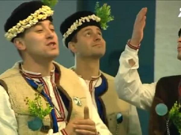 """Снимка: Коледари от ансамбъл """"Българе"""" поздравиха Investor Media Group"""