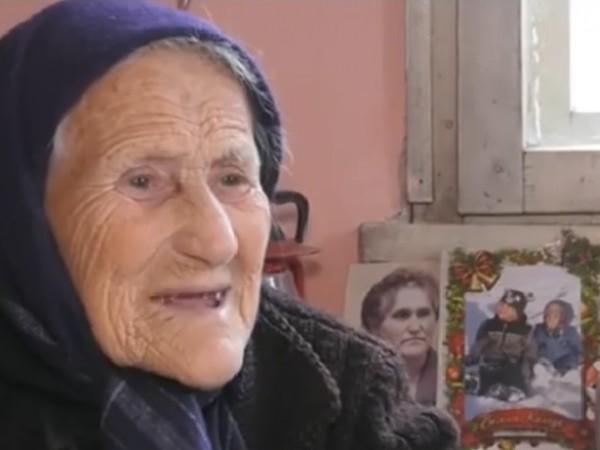 Баба Цена очаква декември с нетърпение, защото очаква да се