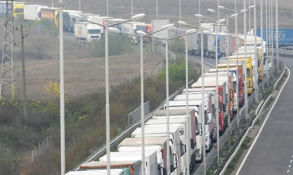 Спират камионите по главните пътища утре от 14 до 20 ч.