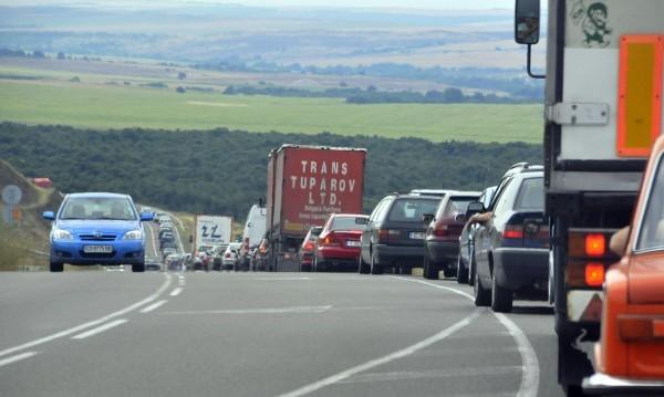 Заради очакван трафик: Спират камионите по основните пътища