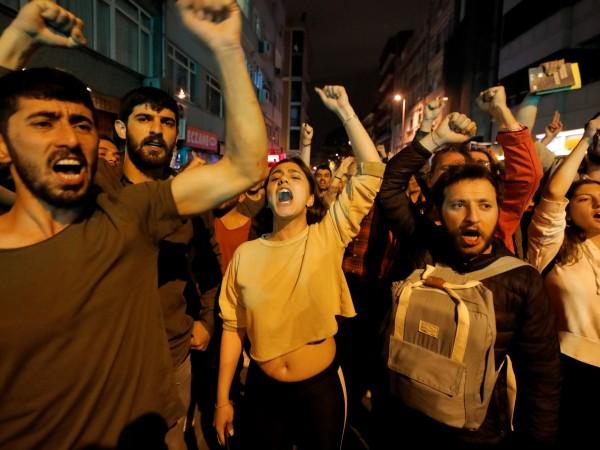 Стотици турци и сирийци се събраха на анти-рускадемонстрация в Истанбул.