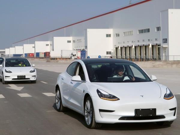 Производителят на електромобили Тесла (Tesla) днес достави първите си коли,