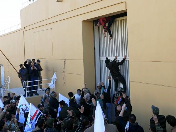 Десетки гневни привърженици на шиитски милиции нахлуха в комплекса на