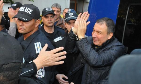 Кметът на Несебър на работа след излизането от ареста