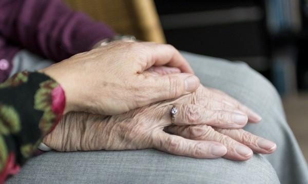 Хората с деменция – не в домове, а в центрове от семеен тип?