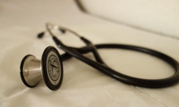 Двама лекари на съд за смъртта на 16-годишно момиче