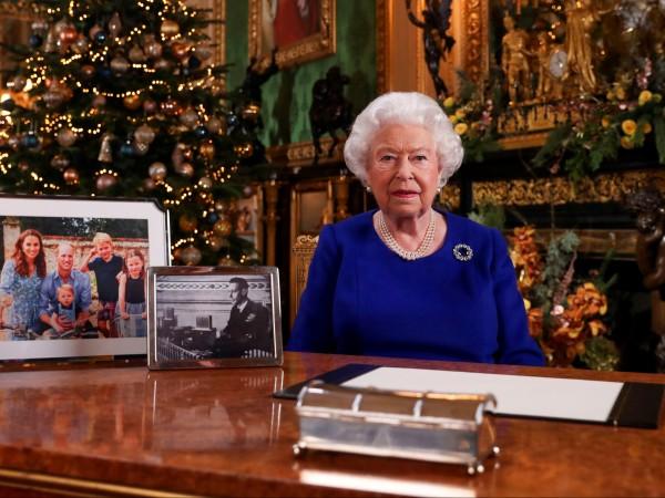 Бъкингамският дворец публикува снимка на Кралица Елизабет II заедно с