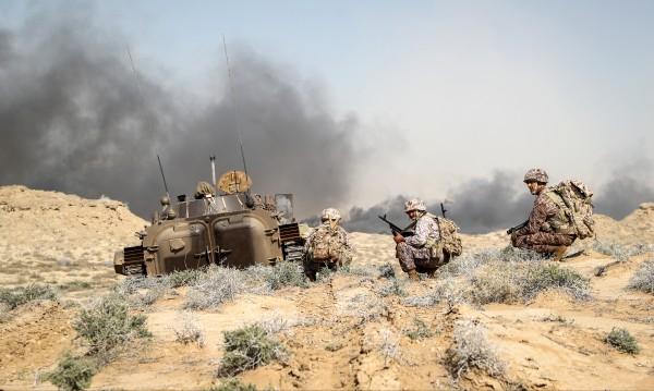 Резултат с изображение за армията на Ирак извън границите на Кувейт.
