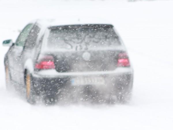 Три автомобила закъсаха на пътя Шипка-Бузлуджа в снежните преспи. Няма