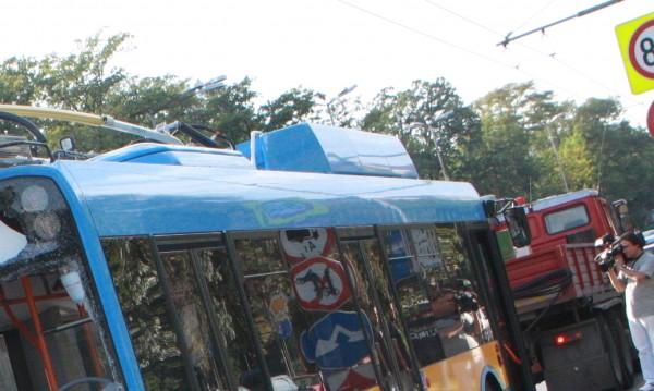 Две жени пострадаха след рязко спиране на тролейбус