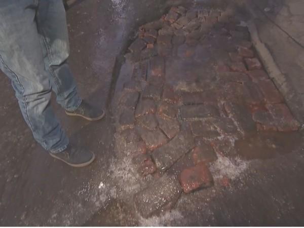 """Граждани сами ремонтират улицата си в столичния район """"Красна поляна""""."""