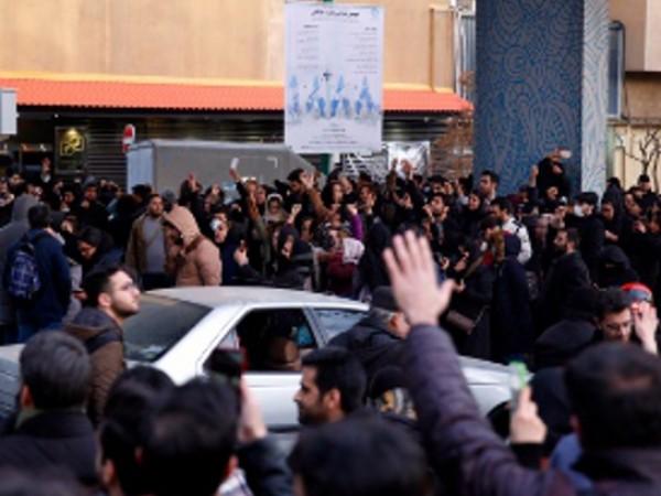 Втори ден на протести в Иран. Хората протестират срещу властта