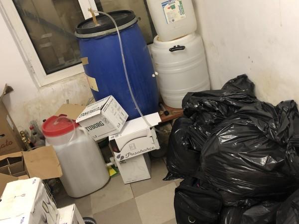 Снимка: МВР иззе алкохол и нафта без документи от хотел в Боровец