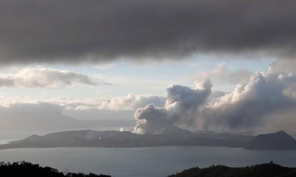 Вулканът Таал ще бълва лава поне няколко седмици