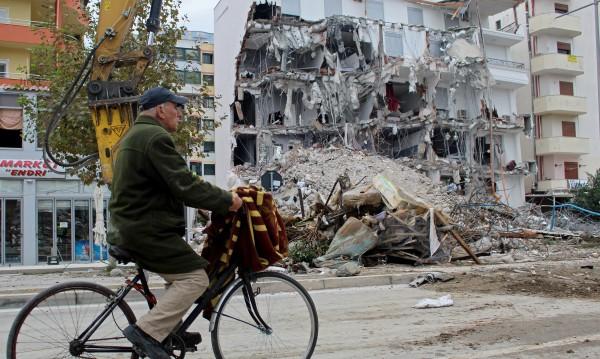 Десетки арестувани в Албания заради рухналите сгради при труса
