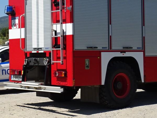 На два инцидента със запалени леки автомобили са се отзовали