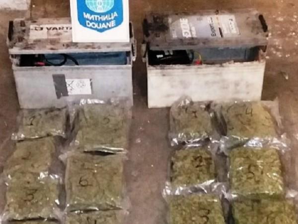 Откриха близо 3 кг марихуана в работещи акумулатори на камион.