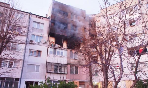 Пуснаха тока във взривения блок във Варна