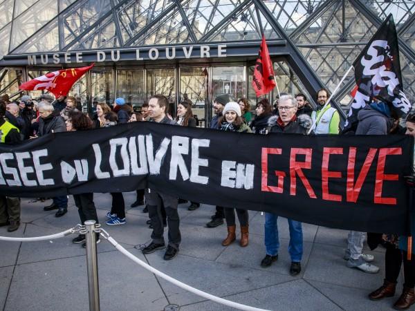 Лувърът затвори врати, след като протестиращите срещу пенсионната реформа блокираха