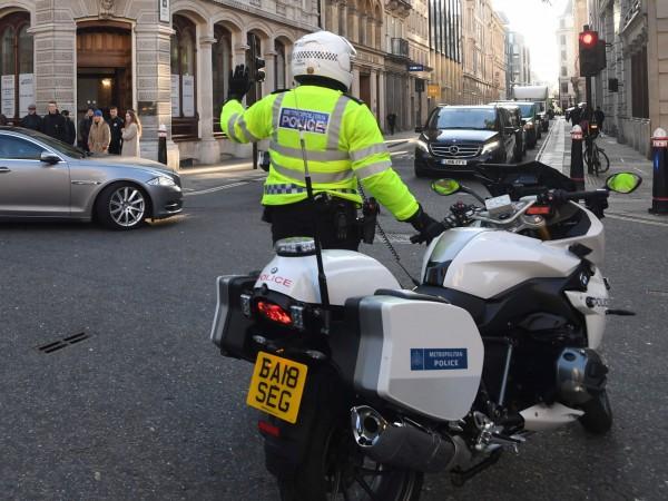 Мъж вилня с нож в Лондон, трима убитиАтаката е станала