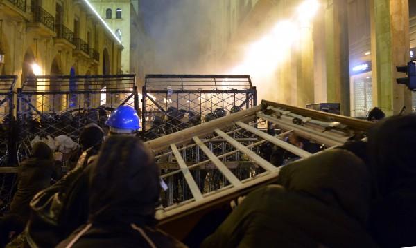 Сблъсъци, водни оръдия и гумени куршуми при протести в Бейрут
