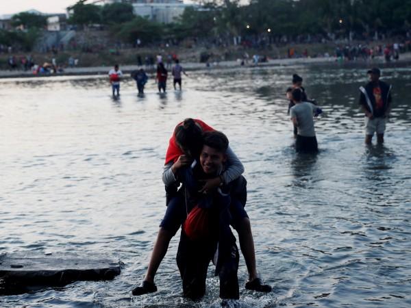 Стотици централноамерикански мигранти влязоха в сблъсъци с мексиканските сили за