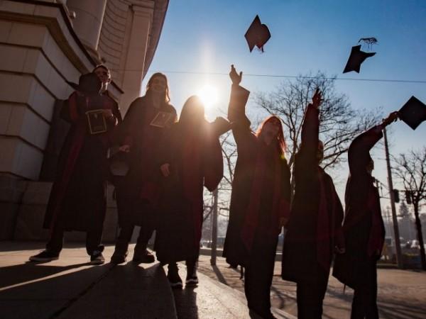 Държавата ще отпуска допълнителни стипендии за студенти и докторанти от