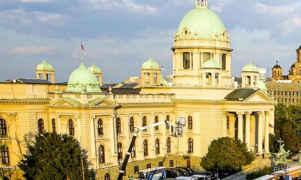 Мъж се самоуби на стълбите пред парламента в Белград
