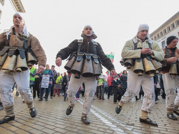 Стотици жители на Перник излязоха на протест в София срещу