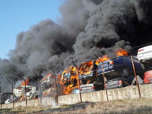 Прокуратурата ще разследва огромния пожар в автоморга в Хасково, където