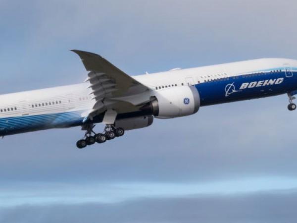 Най-големият пътнически самолет с два мотора успешно направи първия си