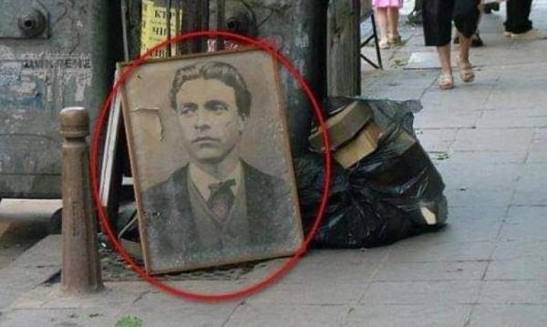 Васил Левски на боклука. Фотосът бил направен в Перник